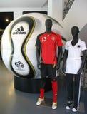 El balón de fútbol de Adidas Teamgeist es la bola oficial del partido del mundial 2006 de la FIFA Fotos de archivo libres de regalías