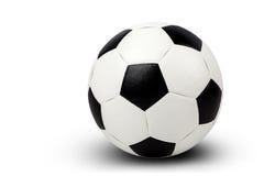 El balón de fútbol en el fondo blanco e incluye la trayectoria Imágenes de archivo libres de regalías