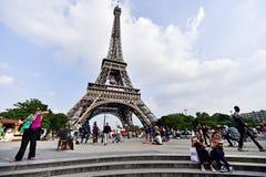El balón de fútbol gigante suspendió en la torre Eiffel durante la UEFA Fotografía de archivo