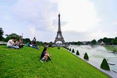El balón de fútbol gigante suspendió en la torre Eiffel durante la UEFA Foto de archivo libre de regalías