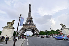 El balón de fútbol gigante suspendió en la torre Eiffel durante la UEFA Imagenes de archivo