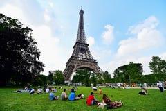 El balón de fútbol gigante suspendió en la torre Eiffel durante la UEFA Imágenes de archivo libres de regalías