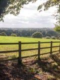 El balanceo abierto del lado del país coloca abajo con la cerca de madera encima del fron Fotografía de archivo libre de regalías