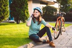 El balanceo del hombre y de la ciudad monta en bicicleta, transporte respetuoso del medio ambiente Reclinación que se sienta cauc imagen de archivo