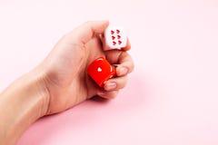 El balanceo femenino de la mano corta en cuadritos con los corazones Fotos de archivo libres de regalías