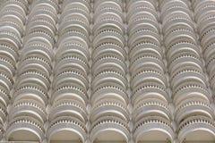 El balcón blanco curvado del edificio foto de archivo