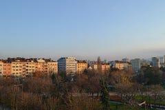 El balcón compite de edificios en Sofía central, Bulgaria fotos de archivo