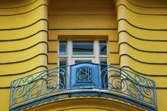 El balcón con la mano hizo la cerca y un edificio céntrico de Zagreb a mano de la ventana, Croacia, fondo del cielo azul Imagenes de archivo