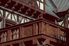 El balcón de madera del castillo adornó altamente imagenes de archivo