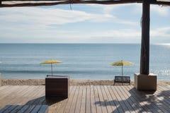 El balcón de madera y la playa imagen de archivo