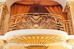 El balcón interno con oro suministra con el estuco del oro decorativo Foto de archivo libre de regalías