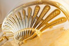 El balcón interno con oro suministra con el estuco del oro decorativo Fotografía de archivo