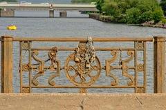 El ballustrade oxidado del puente con amor se cierra en Liepaja, Letonia Foto de archivo libre de regalías
