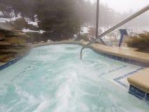 El balneario al aire libre y la piscina de la tina caliente en invierno sazonan imagenes de archivo