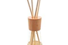 El balneario de madera del aroma se pega en la botella, aislada en blanco, cierre para arriba Imagen de archivo libre de regalías