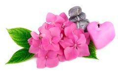 El balneario empiedra zen con las flores y la vela en una forma del corazón Foto de archivo