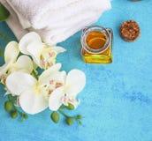 El balneario fijó con la orquídea, la miel para los tratamientos de la piel y las toallas del algodón Imagen de archivo