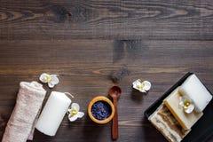 El balneario fijó con la sal, las flores y la vela en copyspace de madera de la opinión superior del fondo de la tabla fotos de archivo