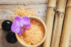 El balneario fijó en la tabla de madera, sal de baño, flor de la orquídea, bambú natural, piedras de Bian Fotografía de archivo