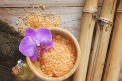 El balneario fijó en la tabla de madera, la sal de baño, la flor de orquídeas, el bambú natural y el aceite del masaje Foto de archivo libre de regalías