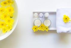 El balneario tailandés relaja tratamientos y masaje con la flor amarilla en blanco de madera Concepto sano Fotografía de archivo libre de regalías