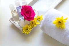 El balneario tailandés relaja tratamientos y masaje con la rosa del rosa y la flor amarilla en blanco de madera Concepto sano Fotos de archivo
