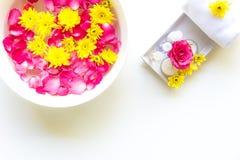 El balneario tailandés relaja tratamientos y masaje con la rosa del rosa y la flor amarilla en blanco de madera Concepto sano Imagenes de archivo