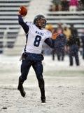 El balompié 2011 del NCAA - pase en la nieve Imagenes de archivo