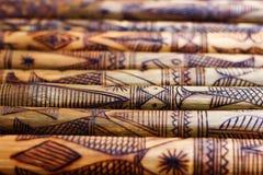 El bambú de madera hecho a mano que talla pescados grabados figura las ilustraciones en el bambú, filas de palillos de bambú grab fotografía de archivo libre de regalías