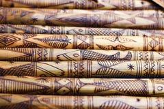El bambú de madera hecho a mano que talla pescados grabados figura las ilustraciones en el bambú, filas de palillos de bambú grab imagen de archivo libre de regalías