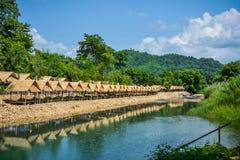 El bambú hizo cabañas a lo largo de la corriente que corría abajo de Krok-e-dok Imagen de archivo libre de regalías