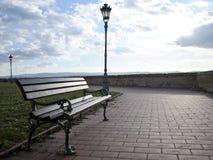 El banco al lado de la pared con las vistas inalcanzables del Danubio y de Novi Sad de la fortaleza de Petrovaradin Imagen de archivo libre de regalías