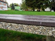 El banco de madera en el parque de la ciudad Fotos de archivo libres de regalías