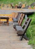 El banco de madera en tarjeta del pavimento Fotografía de archivo libre de regalías