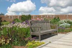 El banco del jardín Foto de archivo libre de regalías