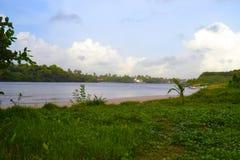 El banco del río Bentota Sri Lanka fotografía de archivo