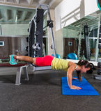 El banco empuja hacia arriba a la mujer en el entrenamiento del gimnasio Fotografía de archivo