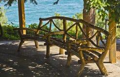 El banco en el gazebo en parque de playa Aivazovsky Parque del paraíso Partenit fotos de archivo
