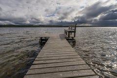 El banco en el lago Kolkonjärvi Rantasalmi, Finlandia fotos de archivo