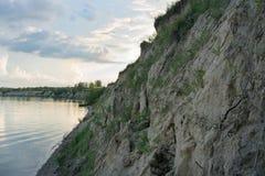 El banco escarpado del río fotografía de archivo