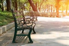 el banco largo de madera en el parque imágenes de archivo libres de regalías