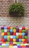 El banco y la pared de ladrillo coloridos Imagen de archivo libre de regalías