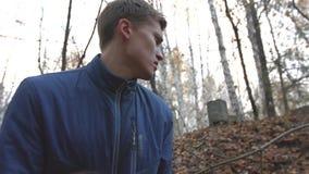 El bandido en el bosque amenaza al arma almacen de metraje de vídeo