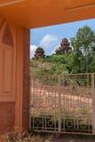 El Banh él torres del Cham vistas a través de la puerta de la entrada. Foto de archivo