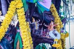 El baniano de Tailandia del alcohol adornó con las cintas y el espiritual a Fotos de archivo libres de regalías