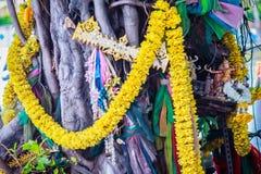 El baniano de Tailandia del alcohol adornó con las cintas y el espiritual a Foto de archivo libre de regalías