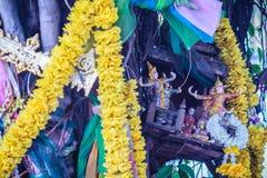 El baniano de Tailandia del alcohol adornó con las cintas y el espiritual a Imágenes de archivo libres de regalías