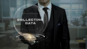 El banquero masculino sostiene la tierra cibernética animada con palabras que recoge datos en la oficina