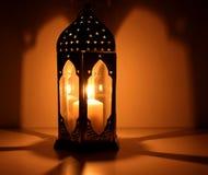 El banquete musulmán del mes santo de Ramadan Kareem Fondo hermoso con una linterna brillante Espacio libre para su foto de archivo