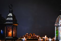 El banquete musulmán del mes santo de Ramadan Kareem Fondo hermoso con una linterna brillante Fanus fotos de archivo